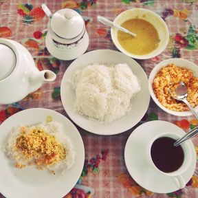 Our_breakfast_in__SriLanka_noodles__dhal_curry__coconut_sambal___tea__foodtravel__foodie